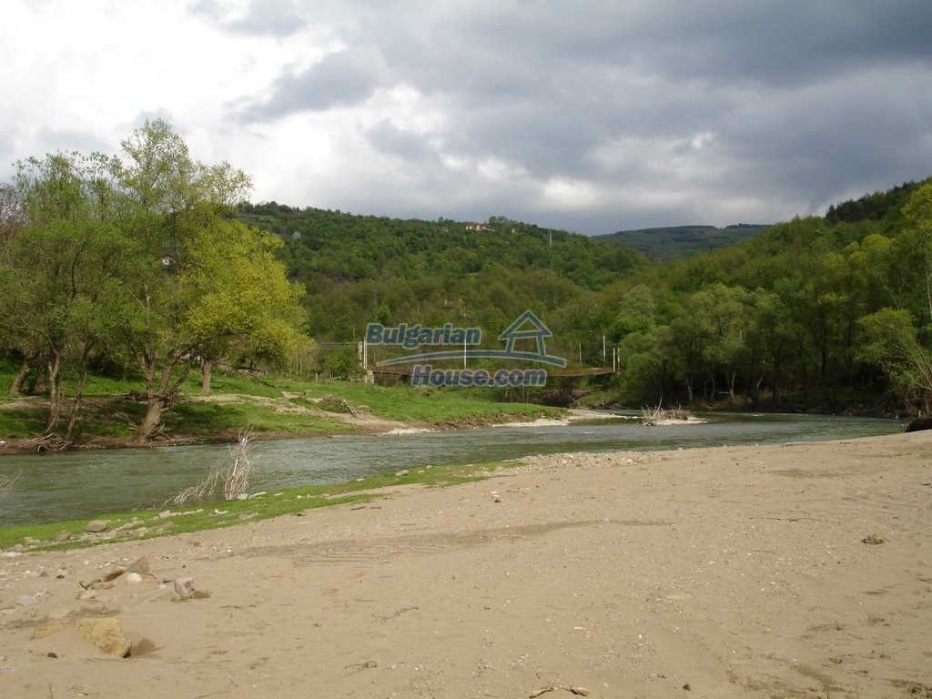 12345:8 - Cheap Bulgarian house bordering with river 90km from Sofia
