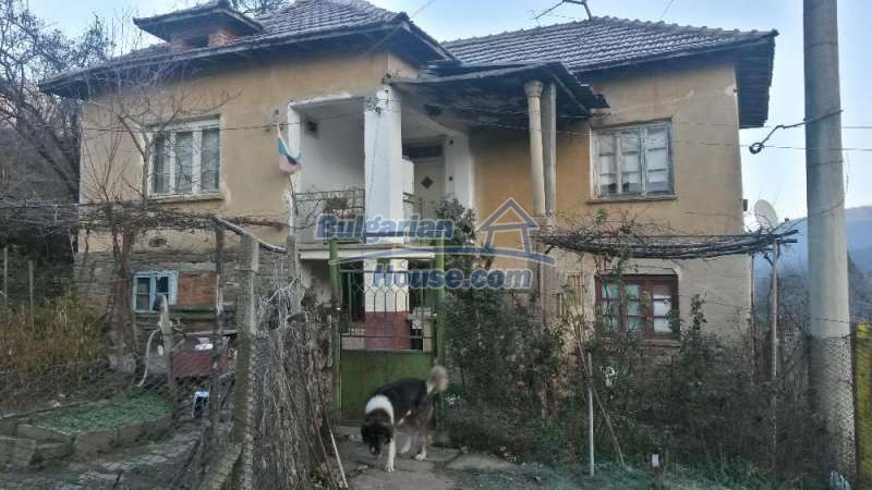 12345:10 - Cheap Bulgarian house bordering with river 90km from Sofia