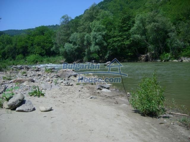 12345:4 - Cheap Bulgarian house bordering with river 90km from Sofia