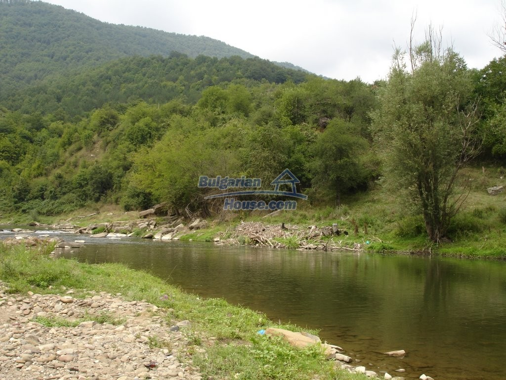 12345:7 - Cheap Bulgarian house bordering with river 90km from Sofia