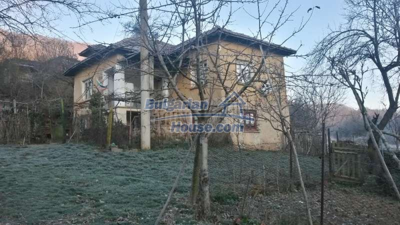 12345:1 - Cheap Bulgarian house bordering with river 90km from Sofia