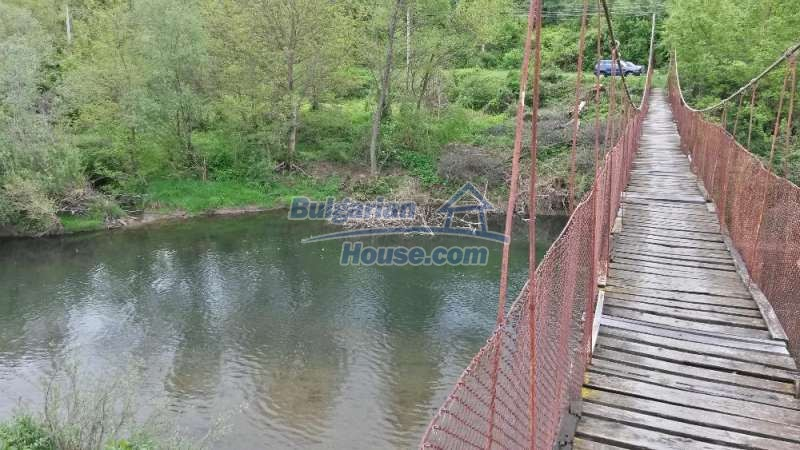 12345:15 - Cheap Bulgarian house bordering with river 90km from Sofia