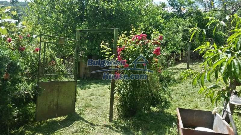 12345:19 - Cheap Bulgarian house bordering with river 90km from Sofia