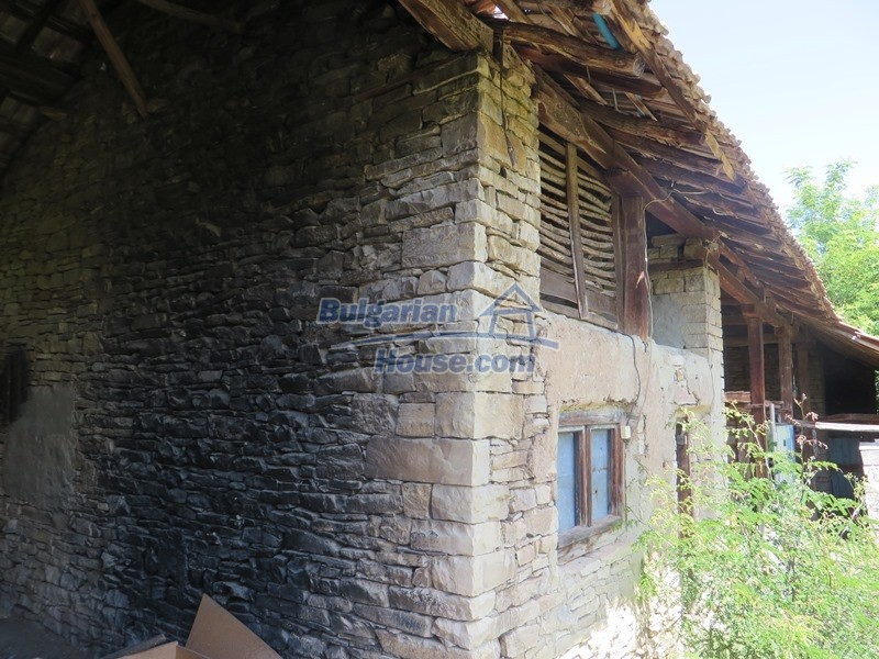 12789:17 - An old Bulgarian house for sale with big stone barn in VT area