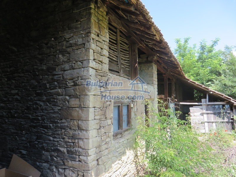 12789:16 - An old Bulgarian house for sale with big stone barn in VT area