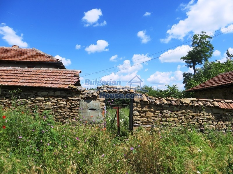 12789:24 - An old Bulgarian house for sale with big stone barn in VT area