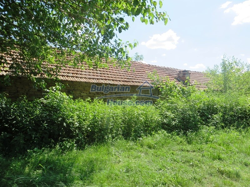12789:26 - An old Bulgarian house for sale with big stone barn in VT area