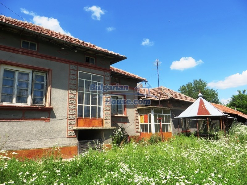 12789:25 - An old Bulgarian house for sale with big stone barn in VT area