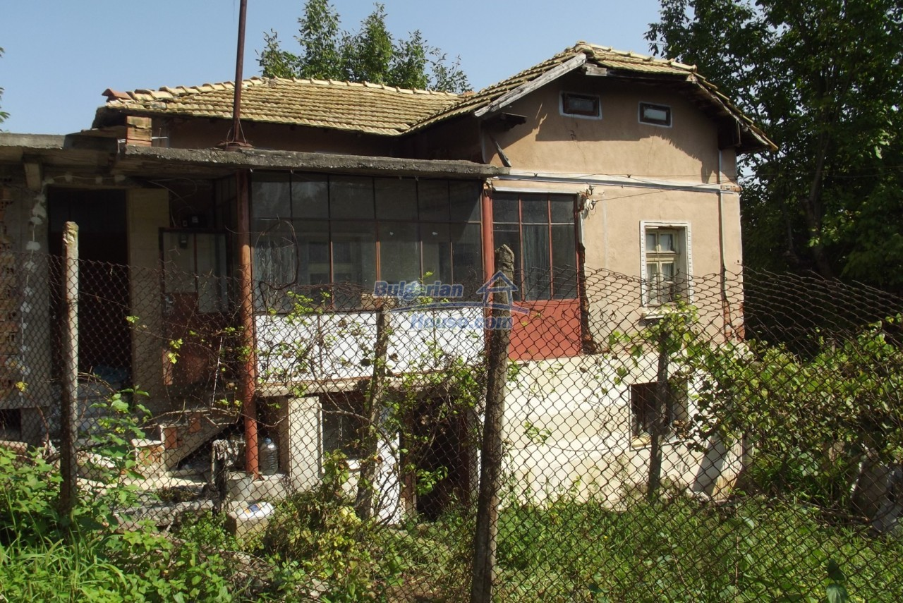12803:10 - House with 3000sq.m garden 2 garages and 2 water wells, Vratsa