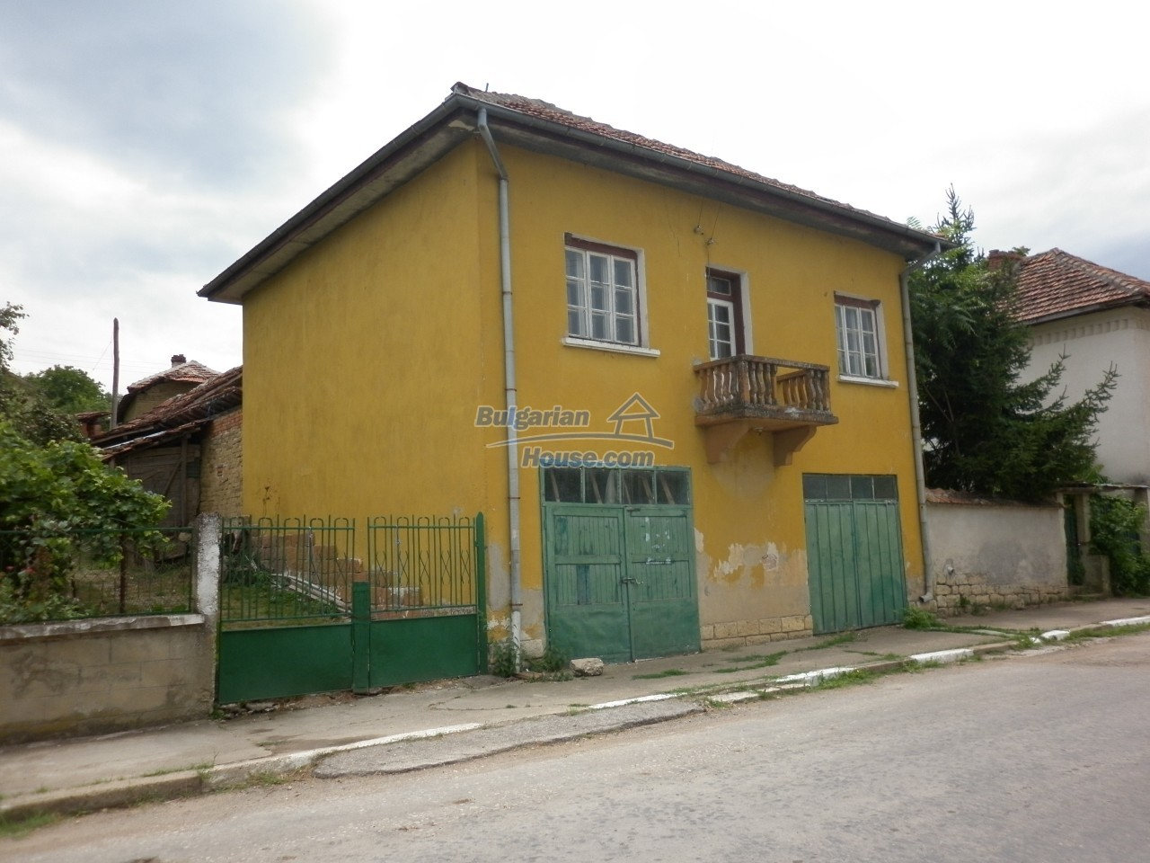 12825:1 - Yellow House with two garages in Galatin , Vratsa district