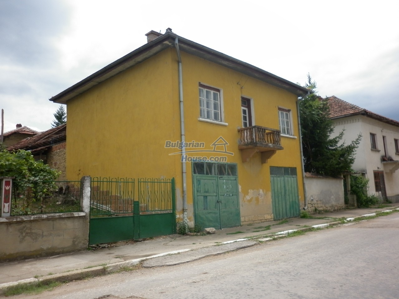 12825:3 - Yellow House with two garages in Galatin , Vratsa district
