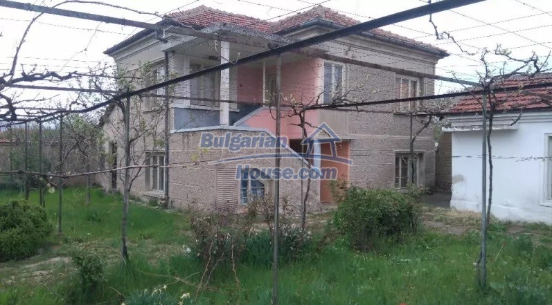 12835:10 - Bulgarian rural house -6 rooms and summer kitchen near Sliven