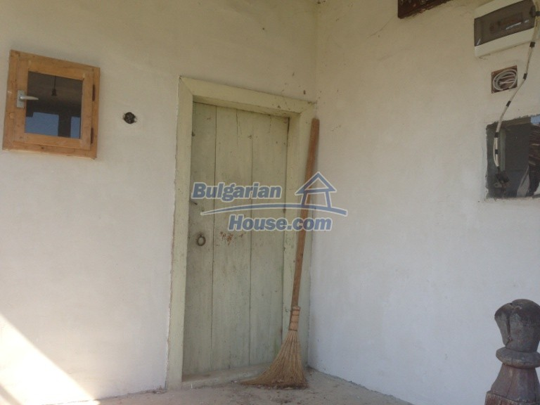 13007:18 - Partly renovated Bulgarian house in a nice village Popovo area