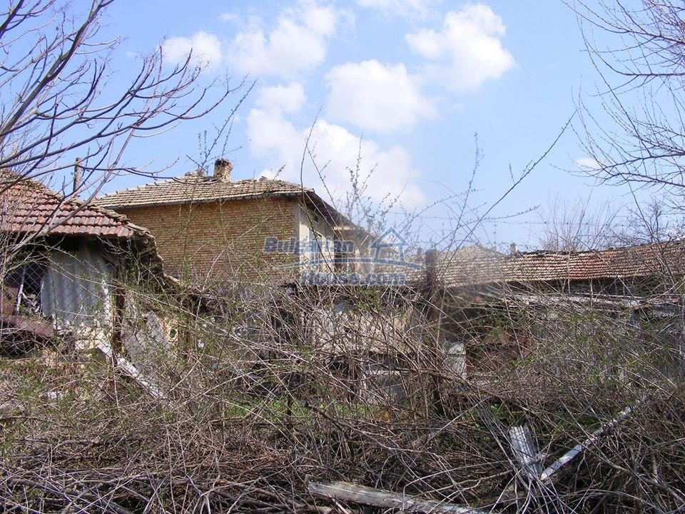 13008:18 - An old village Bulgarian house with lovely views near Popovo