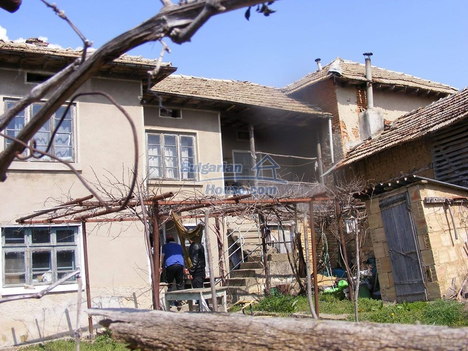 13008:38 - An old village Bulgarian house with lovely views near Popovo