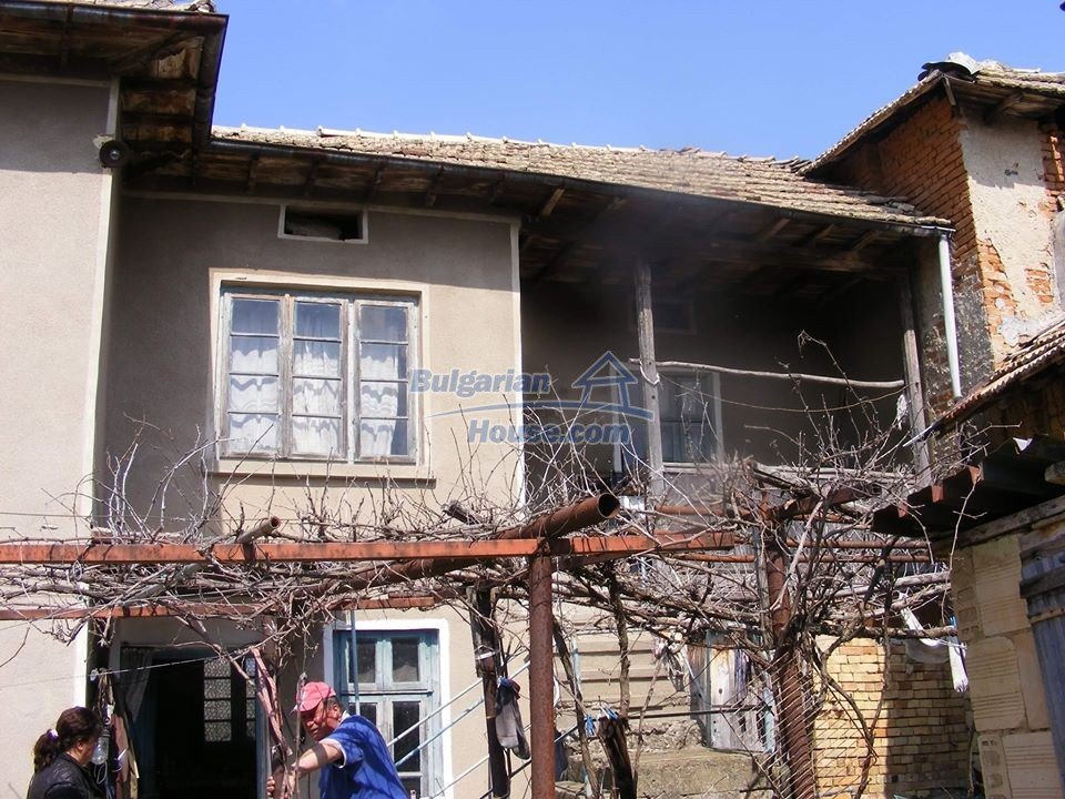 13008:50 - An old village Bulgarian house with lovely views near Popovo