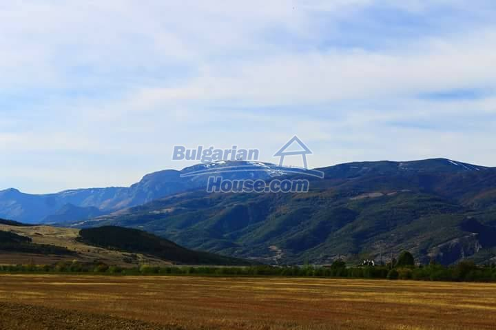13083:32 - House at the foot of Stara Planina Mountain near Kazanlak