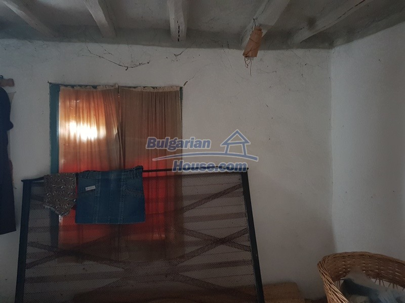 13066:28 - Extremely cheap Bulgarian house  with nice views near Popovo