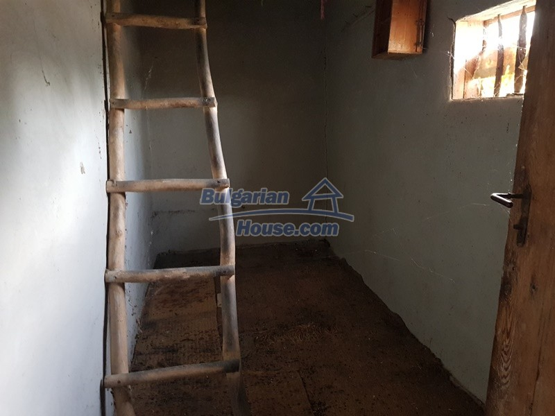 13066:35 - Extremely cheap Bulgarian house  with nice views near Popovo